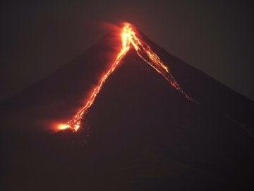 Vista del volcán Mayon durante una erupción en Daraga