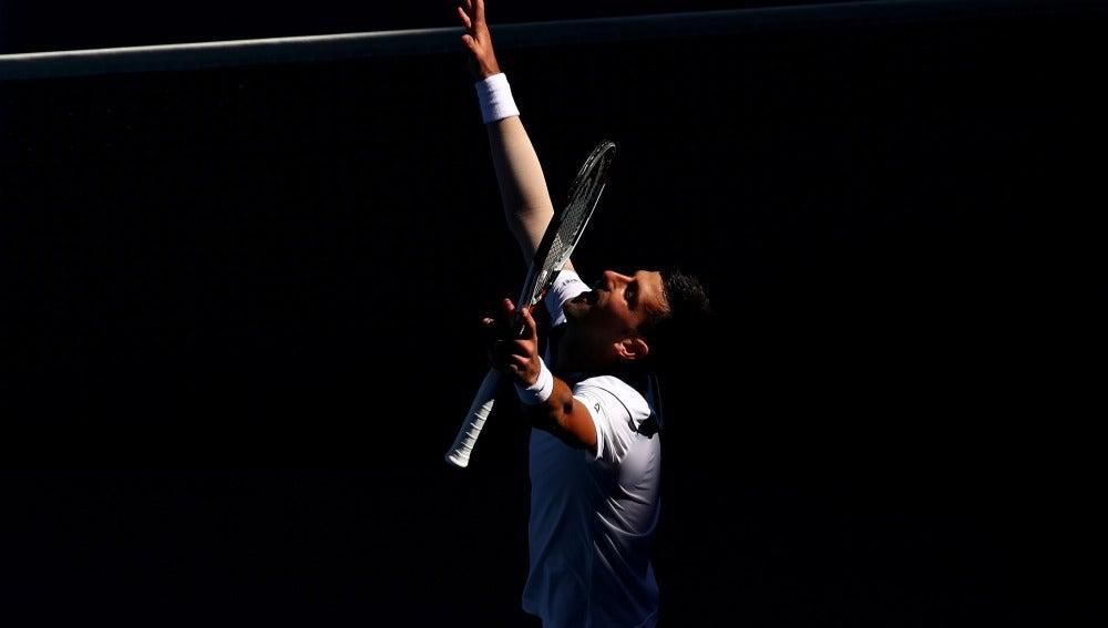 Djokovic celebra su victoria en su debut en el Open de Australia