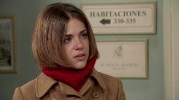 Laura Ortega se encuentra a Charo a los pies de la cama de su padre