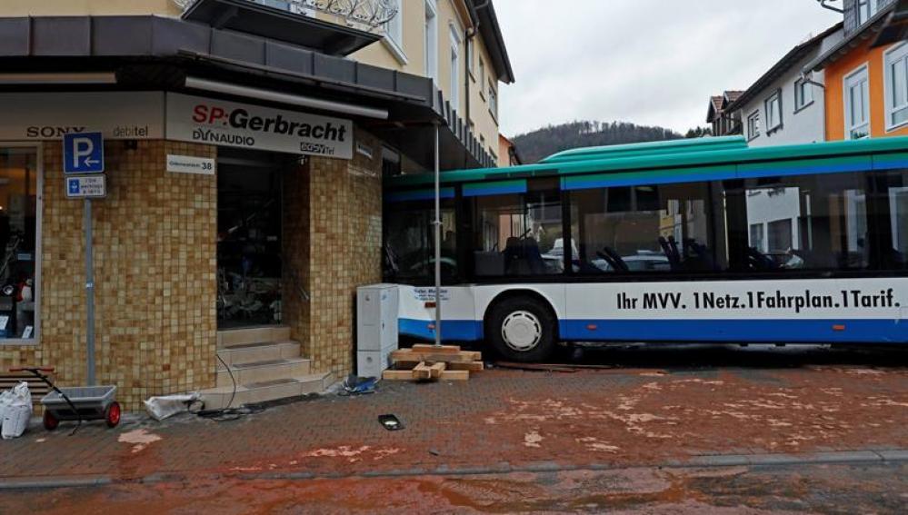 Estado en el que quedó un autobús escolar tras chocar contra un muro en Eberbach