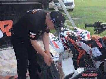 Kees Koolen muestra los daños en su quad tras su presunto choque con Carlos Sainz