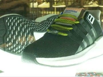 Colas para comprar unas zapatillas que sirven como abono de transporte