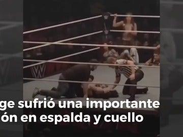 La brutal patada por la espalda que ha acabado con la carrera de una luchadora de la WWE