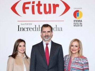 Los Reyes Felipe VI y Letizia, y la presidenta de la Comunidad de Madrid Cristina Cifuentes, durante el recorrido