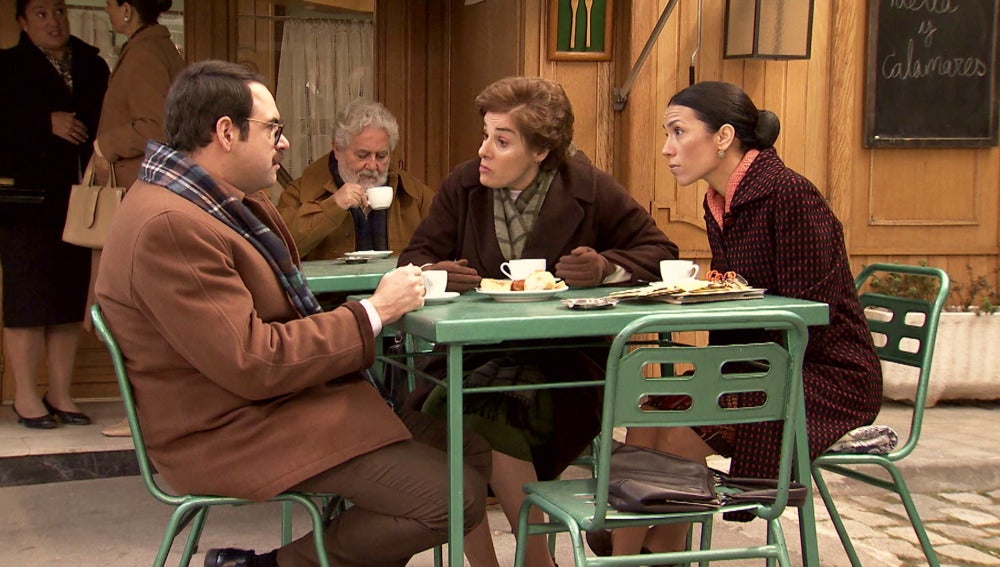 Manolita y Benigna negocian con Lalo un reportaje ficticio