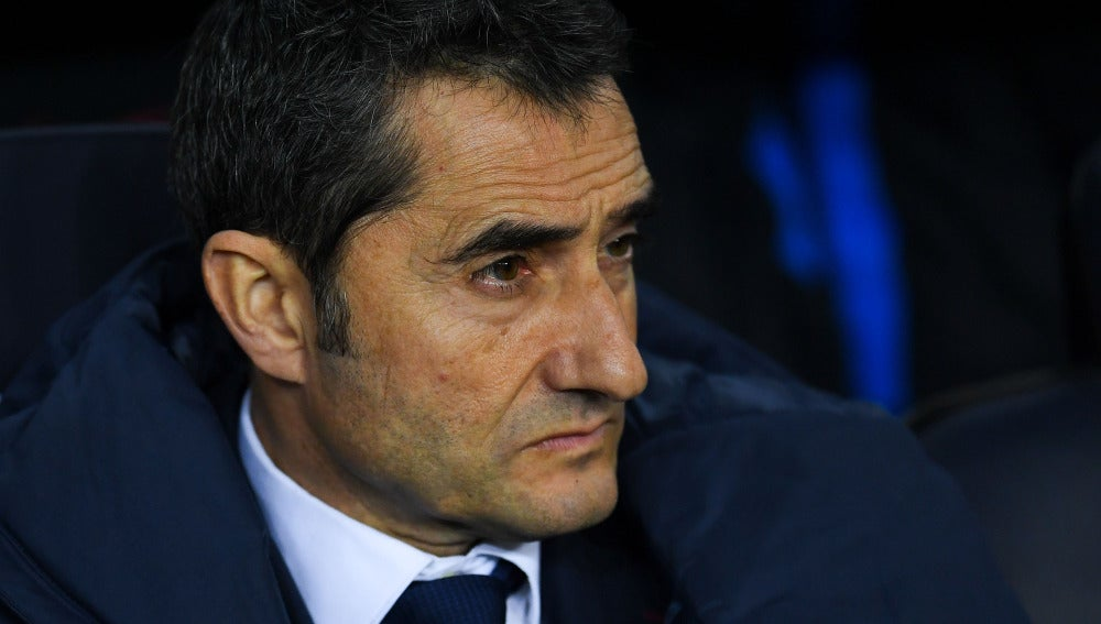 Ernesto Valverde, serio en el banquillo durante un partido del Barça