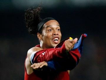 Ronaldinho celebra un gol con el Barcelona