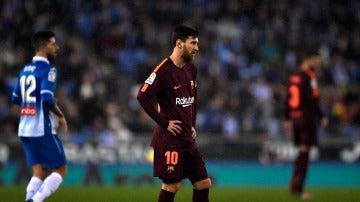 Messi, cabizbajo en el partido ante el Espanyol