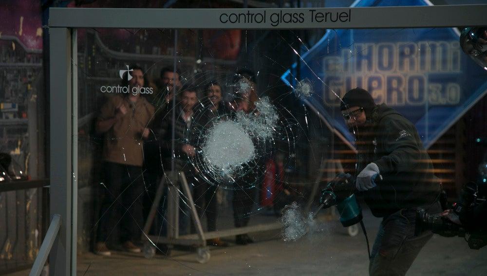 Cómo romper un cristal indestructible y no morir en el intento