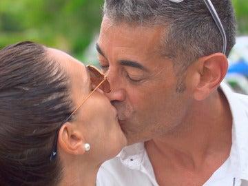 Julián y María José comienzan su luna de miel comiéndose a besos