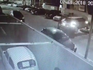 Detenido por robar un coche con un toro elevador