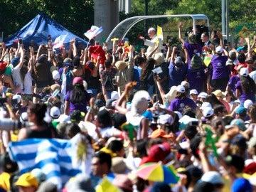 El Papa Francisco saluda a los feligreses desde su papamóvil