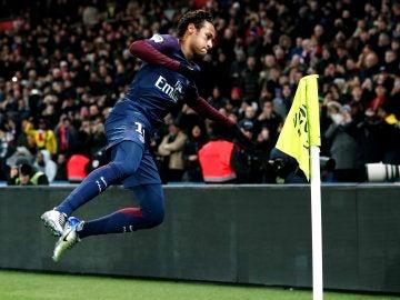 Neymar, acercándose al banderín para celebrar un gol ante el Dijon