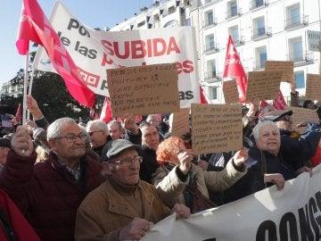 Centenares de jubilados piden a Báñez ante el Congreso subir las pensiones