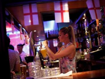Una camarera sirviendo copas