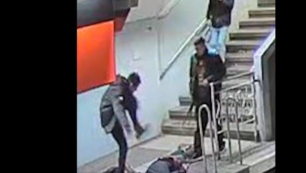 Imagen de la agresión captada por las cámaras de seguridad del metro