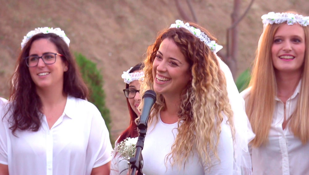 Dámaris anuncia su boda a ritmo de chirigota