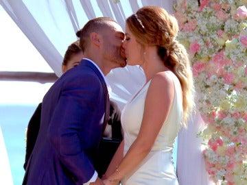 Dámaris y Gabriel sellan su matrimonio con un bonito beso