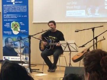 Pau Donés ofrece un concierto en el hospital donde le operaron como señal de gratitud