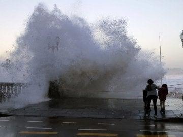 Aspecto que presenta esta tarde la playa asturiana de Gijón con fuertes olas.
