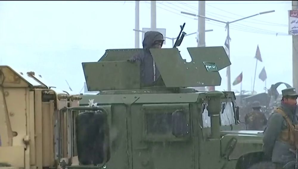 Al menos once soldados afganos y cuatro terroristas han muerto en un ataque suicida en Kabul