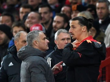 Mourinho da instrucciones a Ibrahimovic en un partido del United