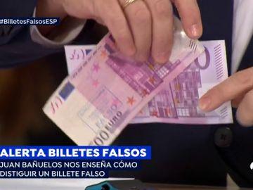 """Juan Bañuelos, jefe de la brigada de falsificaciones del banco de España, muestra las clave para detectar los billetes falsos: """"Mirar, tocar y girar"""""""