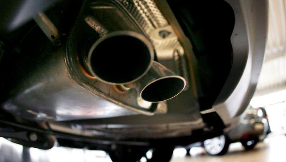Imagen del tubo de escape de un coche