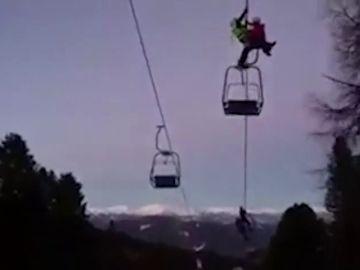 Rescatan a 100 esquiadores de un telesilla en Austria