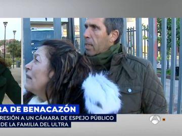 La familia del ultra del Betis agrede brutalmente a un cámara de 'Espejo Público'