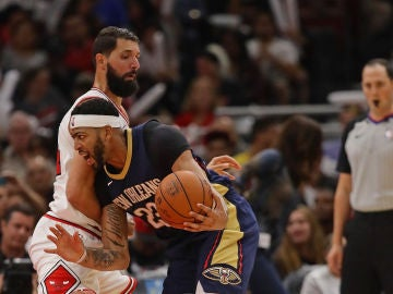 Mirotic intenta defender a Anthony Davis