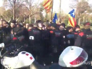 Los manifestantes logran desbordar el cordón policial y se encaran con los Mossos frente al Par