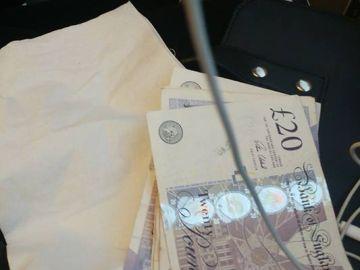 El dinero que recibió la joven en el tren