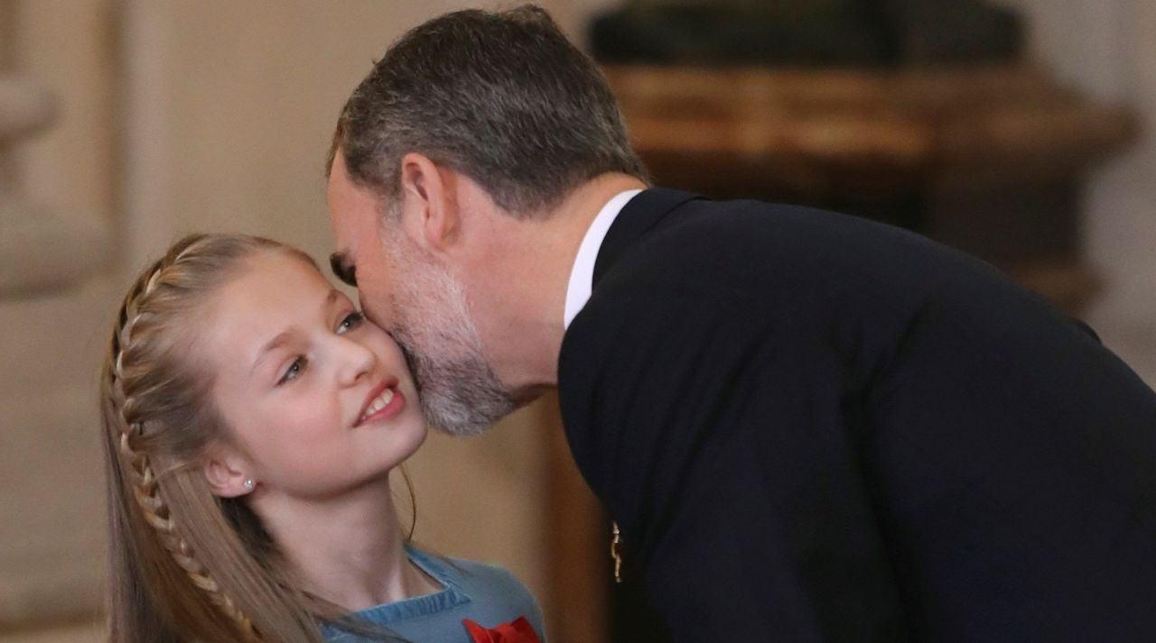 El Rey Felipe VI besa la princesa Leonor después de imponer a la princesa de Asturias el Collar del Toisón de Oro