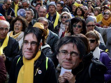 Miles de personas se reúnen en las inmediaciones del Parlament