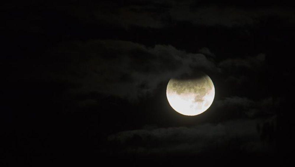 Vista de un eclipse parcial de luna