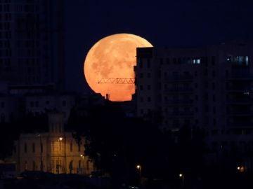 """La llamada """"superluna"""" se alza sobre el casco viejo de Jerusalén"""