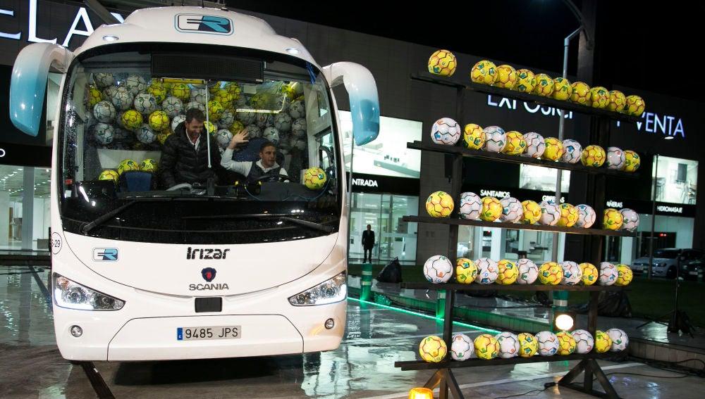 Los balones y botas solidarias del autobús de Joaquín en 'El Hormiguero 3.0' llegan a la Fundación Eusebio Sacristán