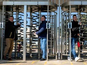 Trabajadores de Opel España salen de la factoría de Figueruelas
