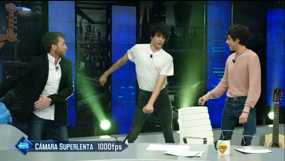 Javier Calvo interpreta su baile de moda en 'El Hormiguero 3.0'