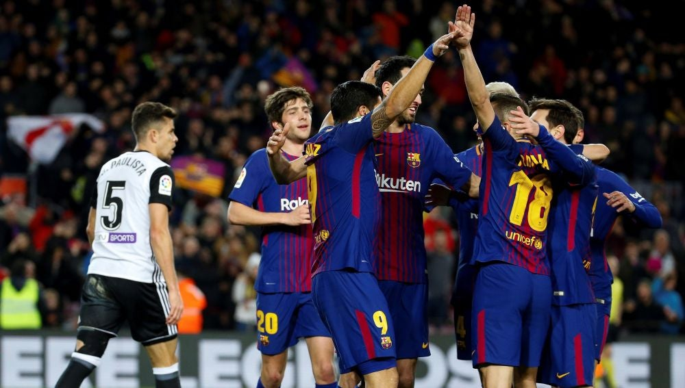 Los jugadores del Barcelona celebran el gol de Luis Suárez ante el Valencia