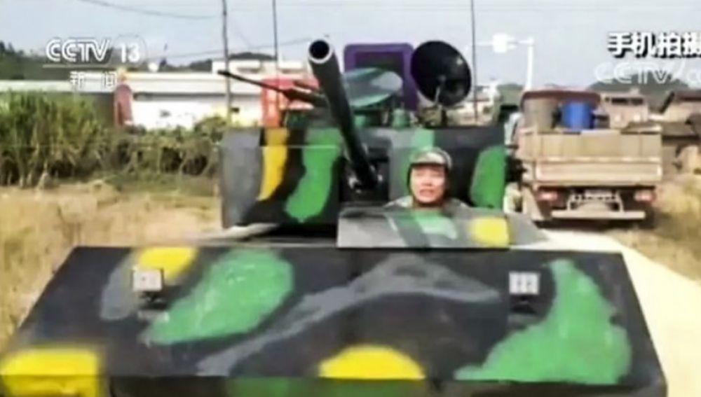 Huang, el chino que paseaba el tanque que él mismo construyó por las calles de su ciudad