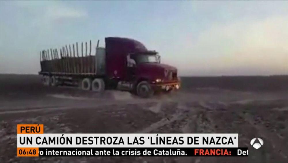 Un camión pasa por encima de las líneas de Nazca en Perú