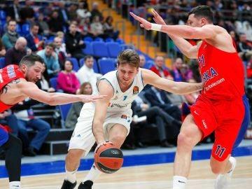 Doncic intenta avanzar ante la defensa del CSKA