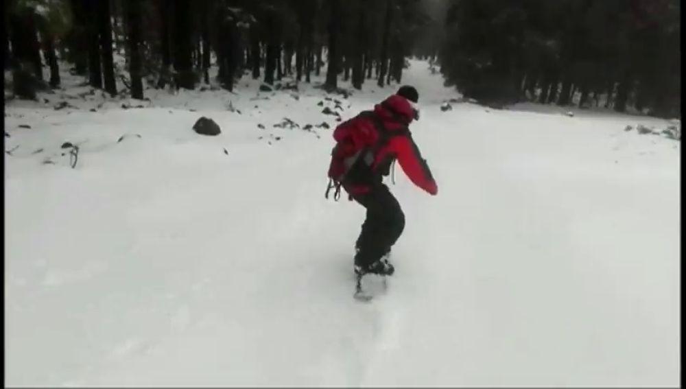 La nieve en el Teide permite la practica del Snowboard