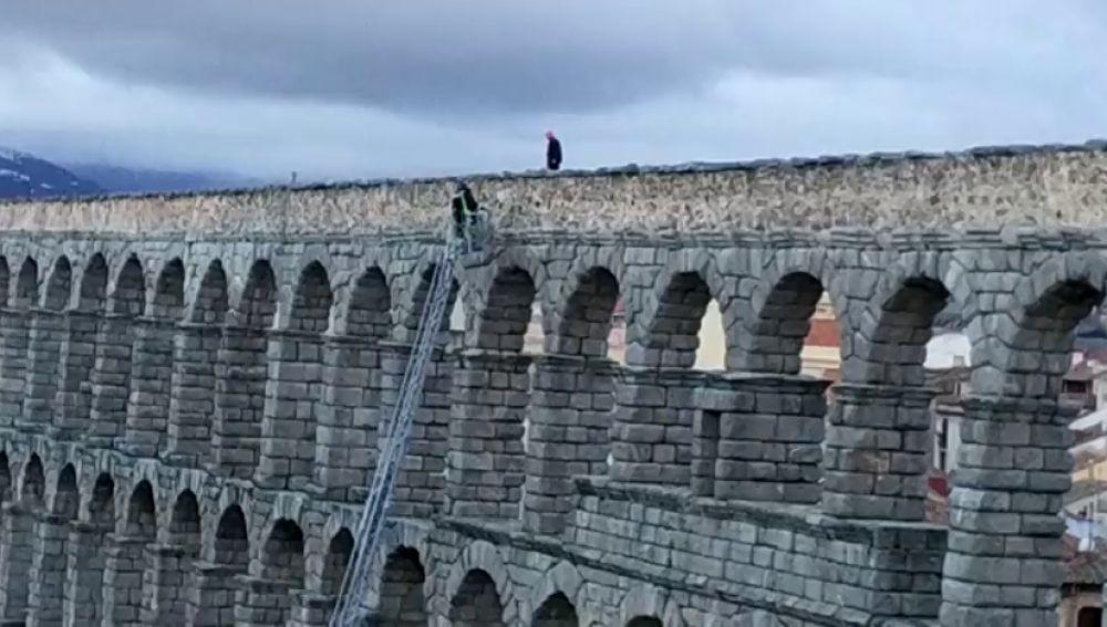 Un hombre pasa una hora y media subido al acueducto de Segovia, desde donde amenazaba con tirarse