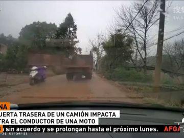 La puerta trasera que el conductor de un camión olvidó cerrar impacta de frente contra un motorista