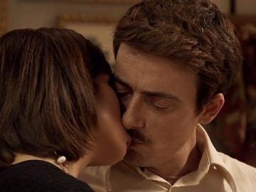 Raquel se lanza a los labios de Diego Durán