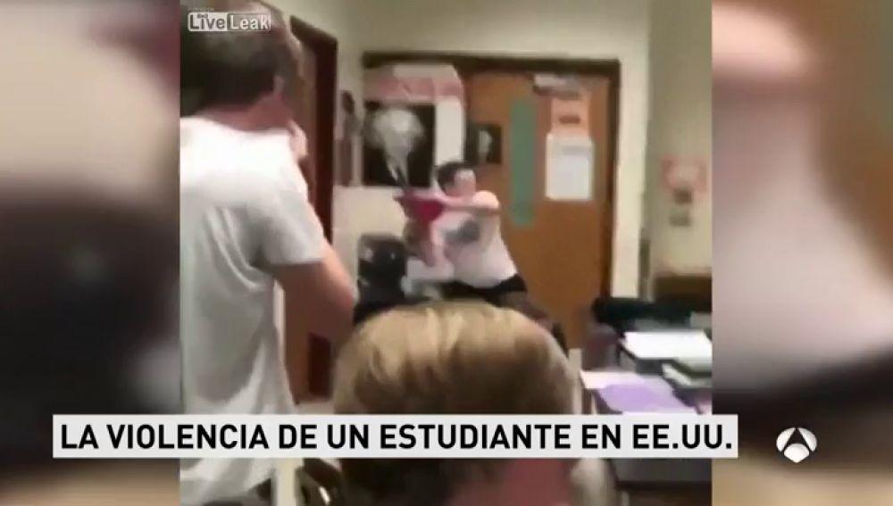 Un adolescente desata su furia en medio de clase hasta que un compañero consigue sacarlo de clase