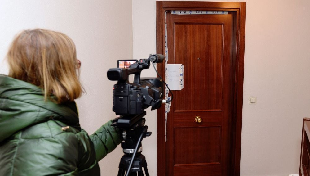 Imagen de la puerta precintada de la vivienda en la que apareció el cuerpo de una mujer